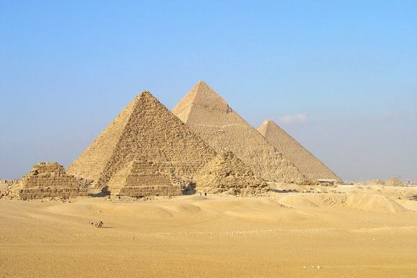 The_Great_Pyramids_at_Giza_6.jpg