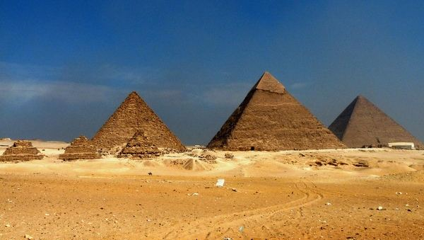 The_Great_Pyramids_at_Giza_7.jpg