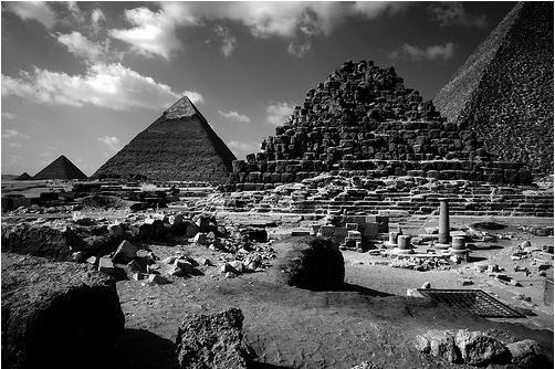 The_Great_Pyramids_at_Giza_8.jpg